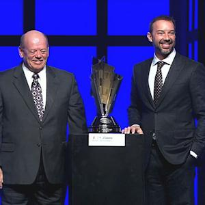Knaus accepts Crew Chief of the Year award