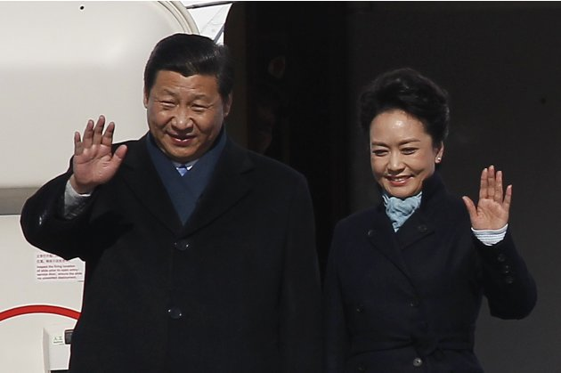 Chinese President Xi and First Lady Peng wave as they arrive at Moscow's Vnukovo airport