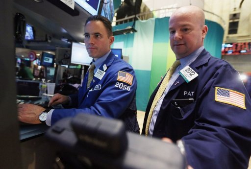 <p>Traders work on the floor of the New York Stock Exchange during afternoon trading on October 23. US stocks closed lower Monday, unable to hold onto earlier gains amid weak corporate earnings and after the Federal Reserve left policies on hold as expected.</p>