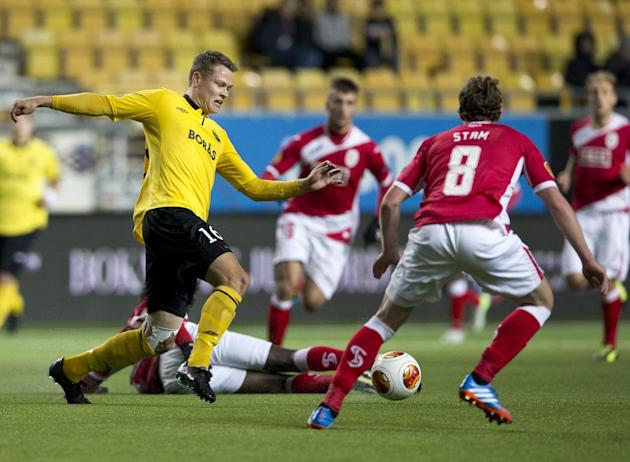 Elfsborg's Viktor Claesson, left, vies with Standard's Kanu, on the ground, and Ronnie Stam during the Europa League soccer match between IF Elfsborg and Standard Liege in Boras, Sweden, Thursday Octo
