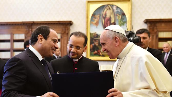 Pope Francis exchanges gifts with Egyptian President Abdel Fattah al-Sisi, at the Vatican, Monday, Nov. 24, 2014. (AP Photo/Gabriel Bouys, Pool)