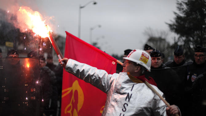 Tire workers confront French police over layoffs