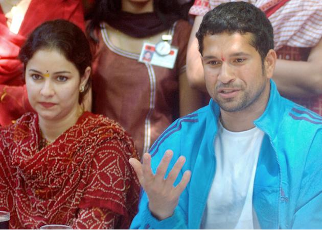 Indian cricketer Sachin Tendulkar (R) ge