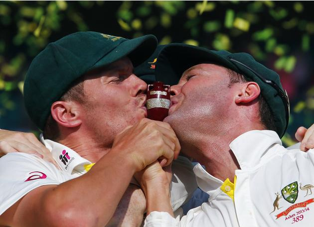 "Australia's captain Clarke and Siddle kiss the ""Replica Ashes Urn"" as they celebrate winning the fifth Ashes cricket test against England at the Sydney Cricket Ground"