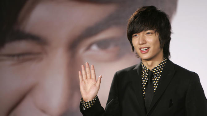 "In this Dec. 14, 2009 photo, South Korean actor Lee Min-ho poses for media in Taipei, Taiwan.  Lee, who shot to fame in Asia for his role in the 2009 hit television drama ""Boys Over Flowers,"" has received a rousing welcome from Filipino fans in Manila. (AP Photo/Wally Santana)"