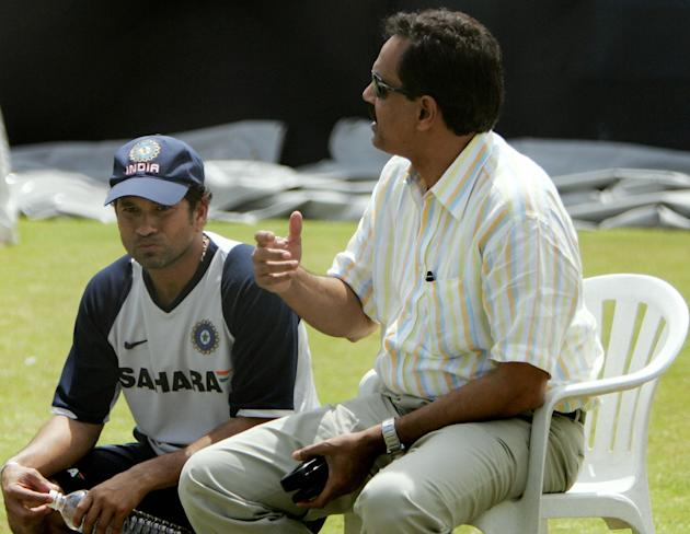 Indian cricketer Sachin Tendulkar (L) li