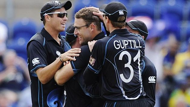 New Zealand's Daniel Vettori (C) celebrates after the dismissal of Sri Lanka's Mahela Jayawardene (not pictured) during the ICC Champions Trophy group A cricket match at the Cardiff Wales Stadium in Cardiff June 9, 2013. REUTERS