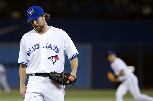 Dickey leaves with soreness as Jays beat White Sox