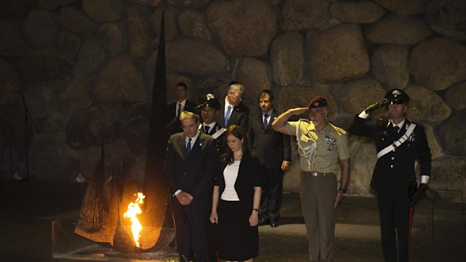 Italian Foreign Minister Gentiloni and Israel's Deputy Foreign Minister Hotovely observe a moment of silence during a ceremony at Yad Vashem in Jerusalem