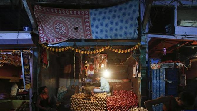 Vendors wait for customers at a stall at a wholesale food market in Mumbai October 14, 2013. REUTERS/Danish Siddiqui