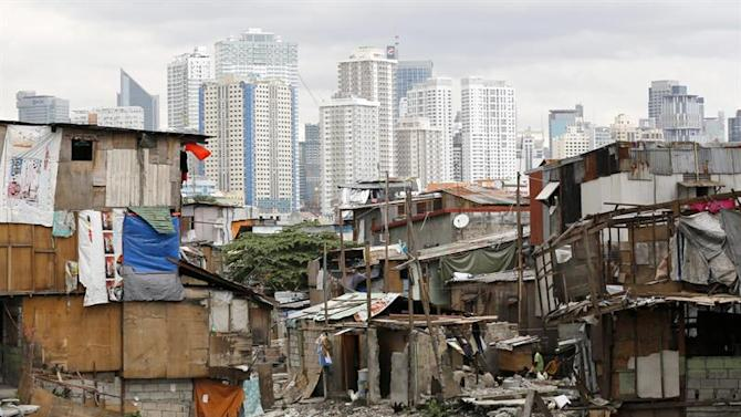 FRM01. Manila (Philippines), 26/12/2014.- Filipino residents living in shanties along a river bank collect usefull items in Pasay city, south of Manila, Philippines, 27 December 2014. Philippine President Benigno Aquino signed a 2.6-trillion-peso (47.7 billion euro) national budget for 2015, which he said further limits opportunities for corruption and will partly be used to improve housing for the poor. (Filipinas) EFE/EPA/FRANCIS R. MALASIG (Filipinas) EFE/EPA/FRANCIS R. MALASIG