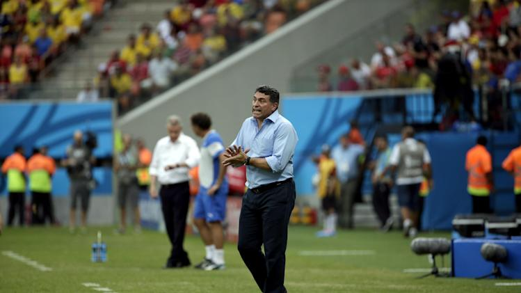 Honduras' head coach Luis Suarez instructs his players from the sideline during the group E World Cup soccer match between Honduras and Switzerland at the Arena da Amazonia in Manaus, Brazil, Wednesday, June 25, 2014. (AP Photo/Felipe Dana)