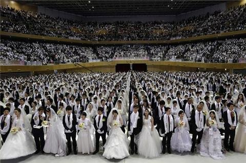 Couples attend mass wedding in S Korea