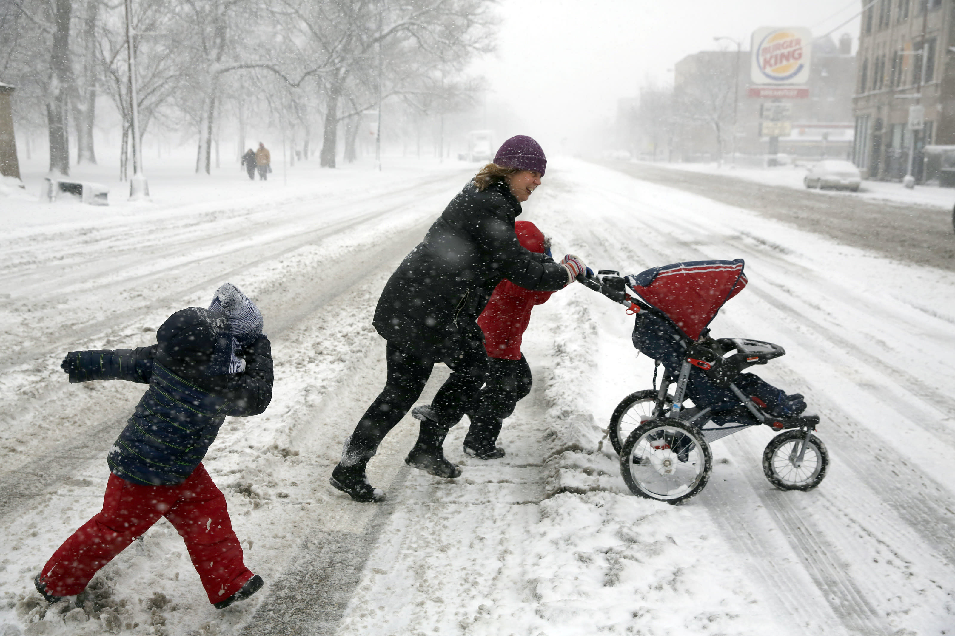 Storm blankets Midwest in snow, creeps toward Northeast