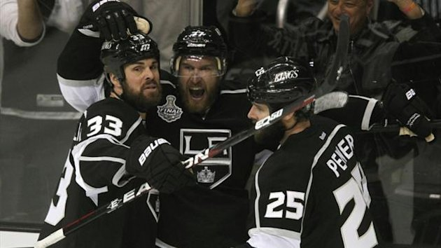 2011-12 NHL Los Angeles Kings' Jeff Carter (C) celebrates with teammates Willie Mitchell (L) and Dustin Penner (R)
