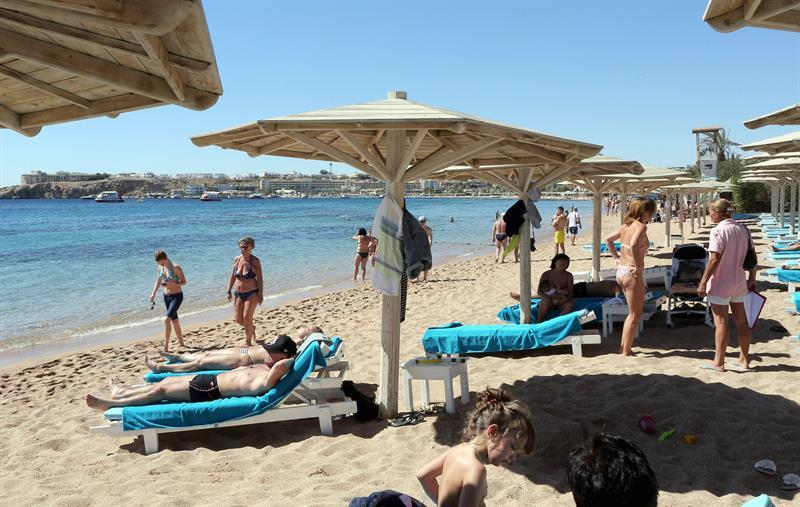 KEF04. Sharm Elsheikh (Egypt), 15/03/2015.- Tourists take a sunbath at the beach of the Red Sea resort of Sharm El-Sheikh, Egypt, 15 March 2015. The country's tourism industry was badly hit after the 25 January 2011 uprising that saw the departure of former President Hosni Mubarak. (Egipto) EFE/EPA/KHALED ELFIQI