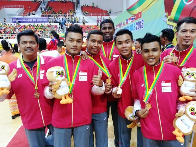 Singapore's sepak takraw team with their SEA Games bronze medals -- in chinlone. (Yahoo Photo)