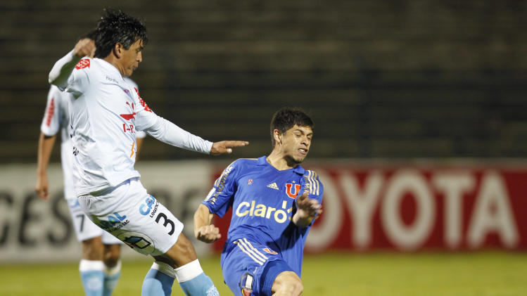 Rodrigo Rojas of Chile's Universidad de Chile, right, fights for the ball with Jaime Huerta Peru's Real Garcilaso during a Copa Libertadores soccer match in Huancayo, Peru, Tuesday, March 11, 2014. (AP Photo/Martin Mejia)