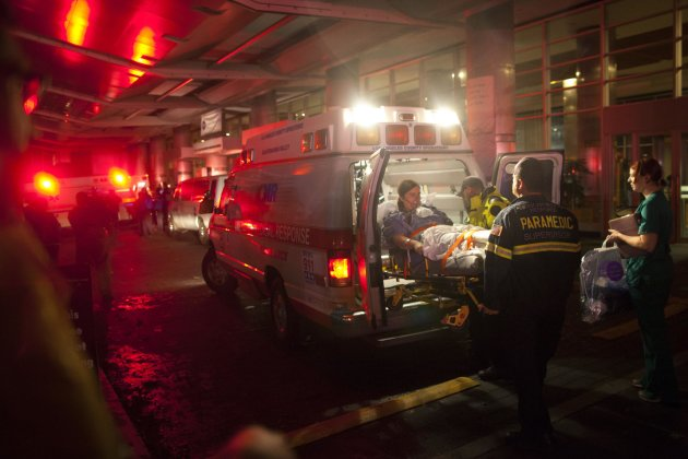 Paramedics evacuate patients from New York University Tisch Hospital due to a power outage as Hurricane Sandy makes its approach in New York October 29, 2012. More than 5.5 million people were left without electrical power by the storm, which crashed ashore late on Monday near the gambling resort of Atlantic City, New Jersey. More than one million people across a dozen states were ordered to evacuate. REUTERS/Andrew Kelly (UNITED STATES - Tags: ENVIRONMENT DISASTER HEALTH)