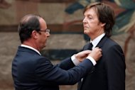 Hollande condecora o ex-Beatle