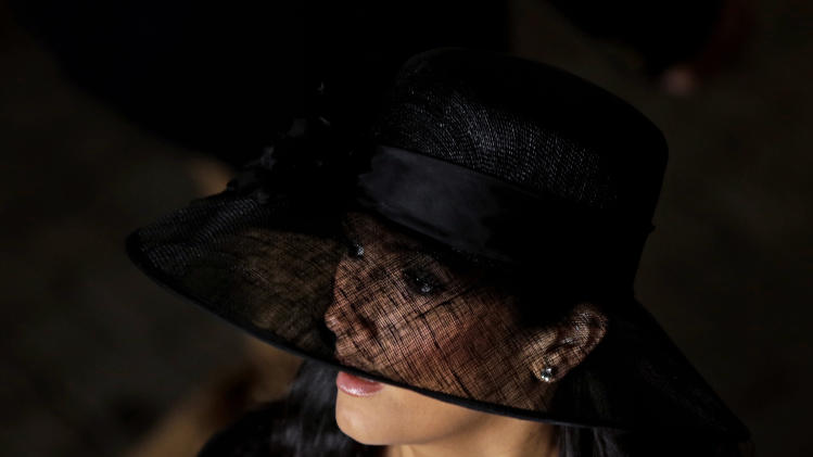 A spectator arrives with her fancy hat to attend the 139th Kentucky Derby at Churchill Downs Saturday, May 4, 2013, in Louisville, Ky. (AP Photo/Matt Slocum)