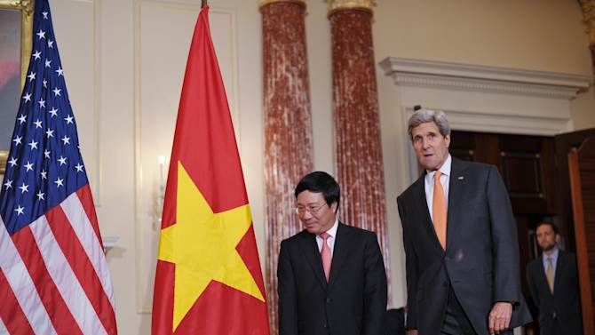US Secretary of State John Kerry (R) and Vietnamese Deputy Prime Minister and Foreign Minister Pham Binh Minh arrive on October 2, 2014 before a working lunch at the State Department in Washington, DC