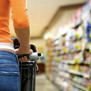 woman shopping (photo: shutterstock)