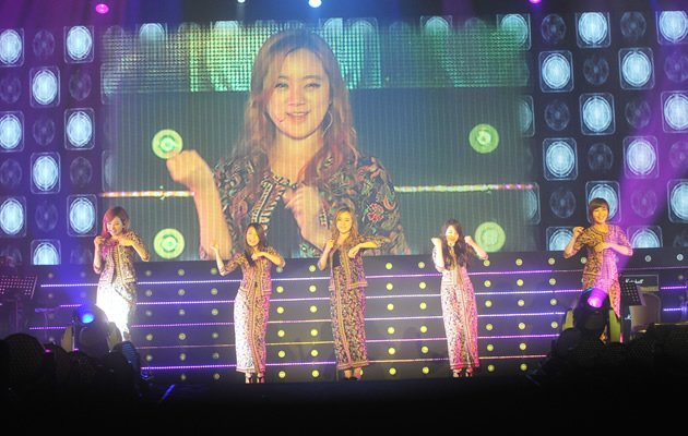 Wondergirls don SQ Kebayas to the delight of their fans (Photo courtesy of Parallel Smart Media Asia Alpha Entertainment)