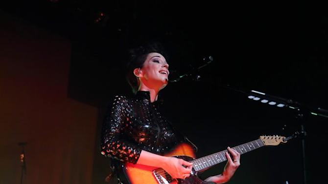 . Indianapolis (United States), 29/05/2014.- US musician Anne Erin 'Annie' Clark, best known as St. Vincent performs on stage at the Murat Egyptian Room in Indianapolis, Indiana, USA, 29 May 2015. (Estados Unidos) EFE/EPA/STEVE C.MITCHELL