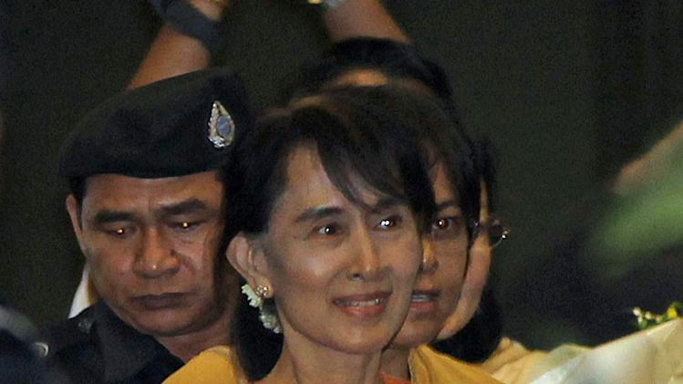 Myanmar's opposition leader Aung San Suu Kyi smiles upon her arrival amid tight security at Suvarnabhumi International Airport in Bangkok, Thailand Tuesday, May 29, 2012. Suu Kyi is in Thailand to attend the World Economic Forum on East Asia 2012 to be held May 30-June 1, 2012. (AP Photo/Apichart Weerawong)