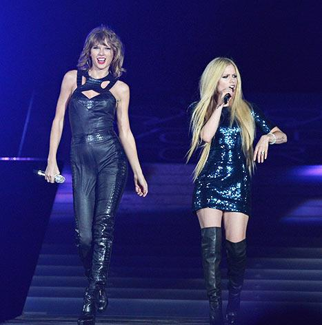 "Taylor Swift and Avril Lavigne Perform ""Complicated"" Together in San Diego After Twitter Misunderstanding"