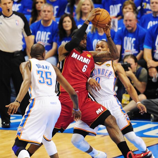 Miami Heat's LeBron James (C) Drives AFP/Getty Images
