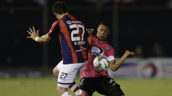 Mauricio Sperdutti of Paraguay's Cerro Porteno, left, fights for the ball with Henry Leon of Ecuador's Independiente del Valle during a Copa Sudamericana soccer match in Asuncion, Paraguay, Tuesday, Set. 23, 2014. (AP Photo/Jorge Saenz)