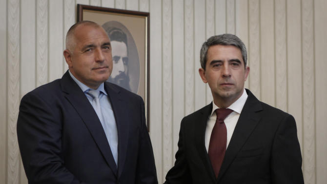 Bulgaria's President Rosen Plevneliev, right,  poses with Boyko Borisov, Bulgaria's ex-prime minister and leader of the center-right GERB, left, prior to their meeting in Sofia, Friday, May 17, 2013. Bulgaria's Presidentl starst consultations with the four parties that will be represented in the new Parliament following last week's general elections. (AP Photo/Valentina Petrova)