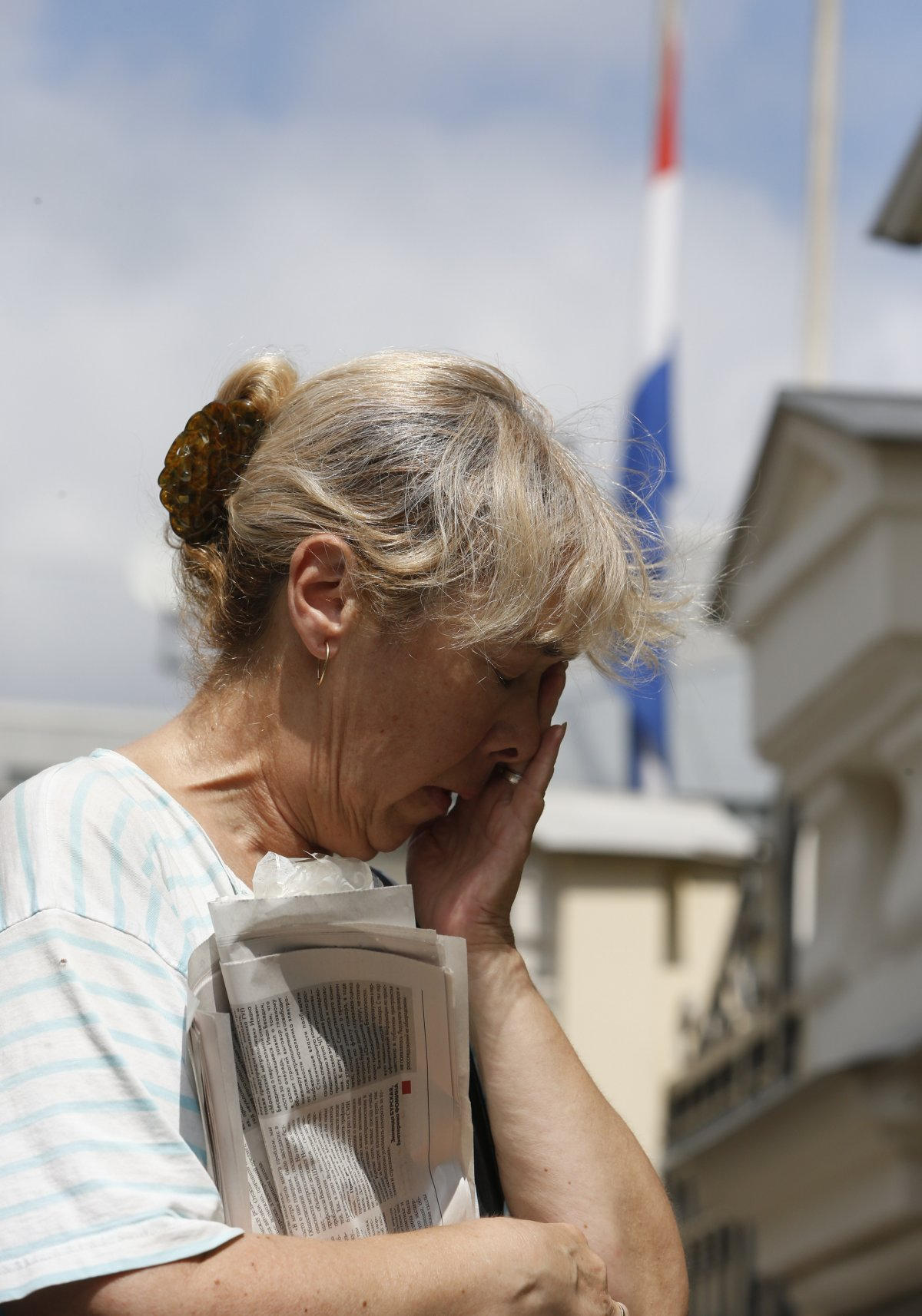 MH17 woman crying