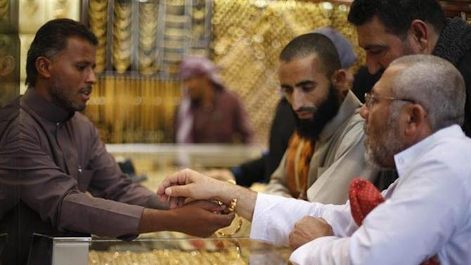 Muslim pilgrims (R) shop at a jewelry store ahead of the annual haj pilgrimage, in the holy city of Mecca October 12, 2013. REUTERS/Ibraheem Abu Mustafa /Files
