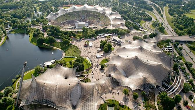SHP004. Munich (Germany), 30/05/2015.- An aerial view of the site of the Rockavaria Music Festival, with the OlymPiastadion (top) and the Olympiahalle (R) in Munich, Germany, 30 May 2015. The event takes place from 29 to 31 May 2015. (Alemania) EFE/EPA/SVEN HOPPE