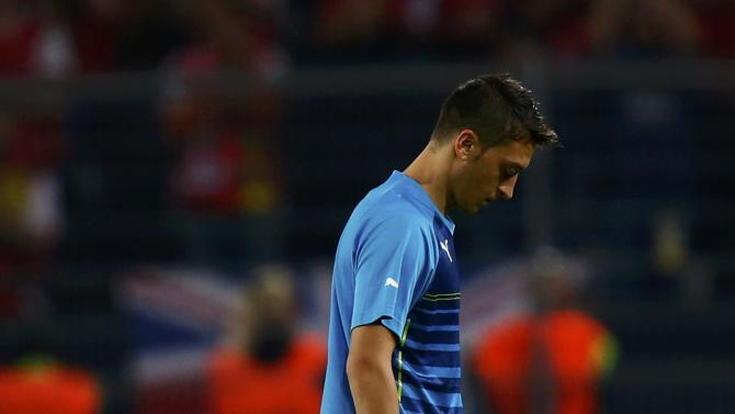 Arsenal's Oezil leaves pitch dejected after losing to Borussia Dortmund in Champions League soccer match in Dortmund