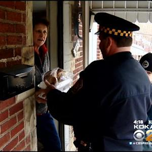 Pittsburgh Police Deliver Thanksgiving Meals To Residents
