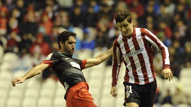 Athletic Bilbao's midfielder Ander Herrera (R) vies with Atletico Madrid's Argentinian midfielder Raul García (L) during the Spanish league football match Athletic Bilbao vs Atletico Madrid at San Mames stadium in Bilbao, on January 27, 2013 (AFP)