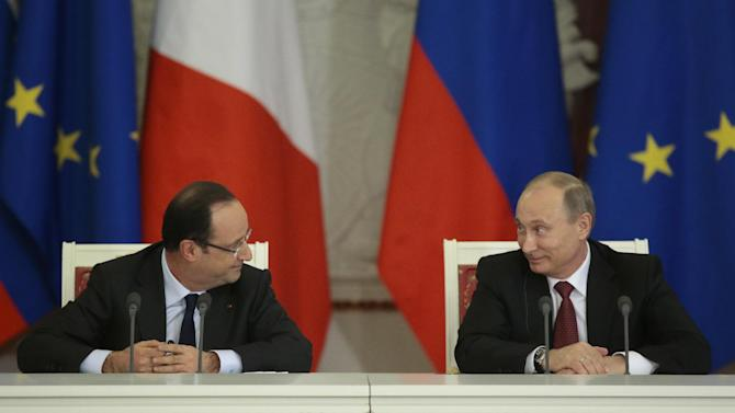 Russia's President Vladimir Putin, right, and France's President Francois Hollande smile after a news conference, in Moscow, Russia, on Thursday, Feb. 28, 2013. (AP Photo/Ivan Sekretarev)