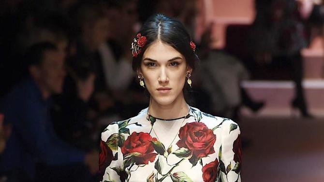 . Milan (Italy), 01/03/2015.- A model presents a creation from the Fall/Winter 2015 collection by Italian label Dolce&Gabbana during the Milan Fashion Week, in Milan, Italy, 01 March 2015. The Milano Moda Donna will run from 25 February to 02 March. (Moda, Italia) EFE/EPA/DANIEL DAL ZENNARO