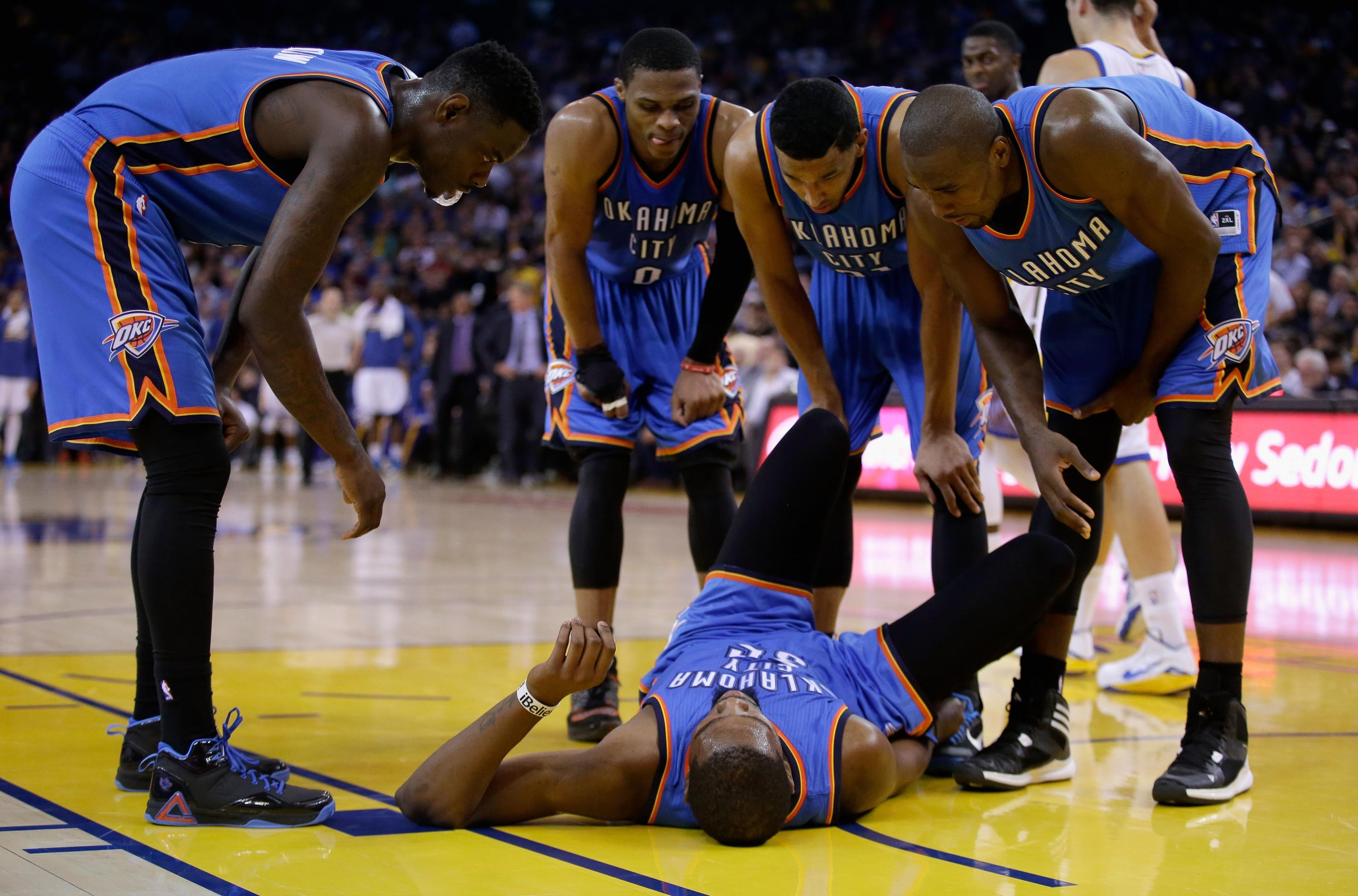 Kevin Durant goes down with right ankle sprain vs. Warriors