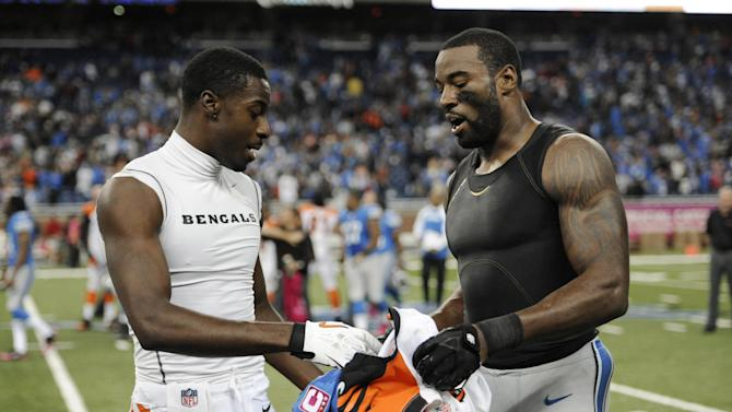 Lions WR Calvin Johnson gives jerseys off his back
