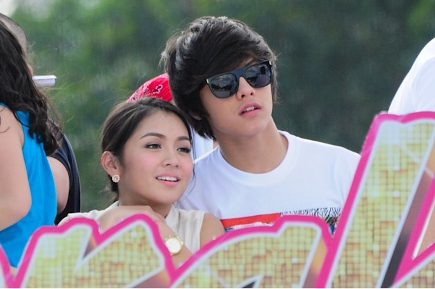 "Kathryn Bernardo and Daniel Padilla are seen together at the float of the MMFF 2012 entry, ""Sisterekas"" during the 2012 Metro Manila Film Festival Parade of Stars on 23 December 2012. (Angela Galia/NP"