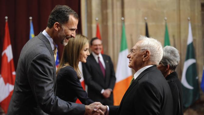 U.S. architect Gehry shake hands with Spain's King Felipe VI and Queen Letizia in Oviedo