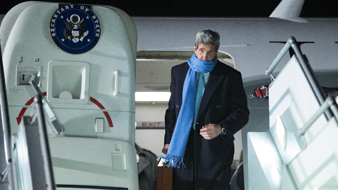 US Secretary of State John Kerry arrives at Geneva International airport, Sunday, March 1, 2015, in Geneva. Kerry is traveling in Switzerland for meetings with Iranian Foreign Minister Mohammad Javad Zarif about the ongoing nuclear talks.(AP Photo/Evan Vucci, Pool)