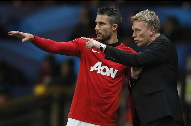 Manchester United's manager Moyes speaks to substitute Van Persie during their Champions League soccer match against Shakhtar Donetsk at Old Trafford in Manchester