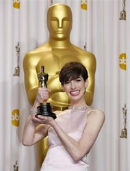"Anne Hathaway holds her Oscar for winning Best Supporting Actress for her role in ""Les Miserables"" at the 85th Academy Awards in Hollywood, California February 24, 2013. REUTERS/Mike Blake"