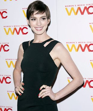 Anne Hathaway Flaunts Her Thin Figure In Slimming Black Dress At Women's Media Awards